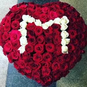 Корзина 101 роза сердце с буквой R2105