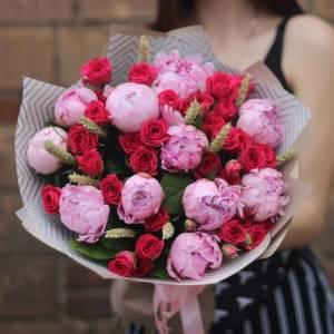 Сборный букет пионы и красные кустовые розы R502