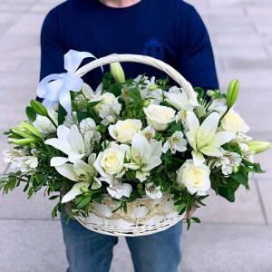 Корзина с лилиями и розами нежное оформление R1505