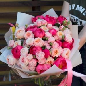 Сборный букет яркие пионы и нежная пионовидная роза R515