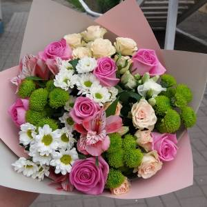 Яркий букет хризантемы и розы в оформлении R1138