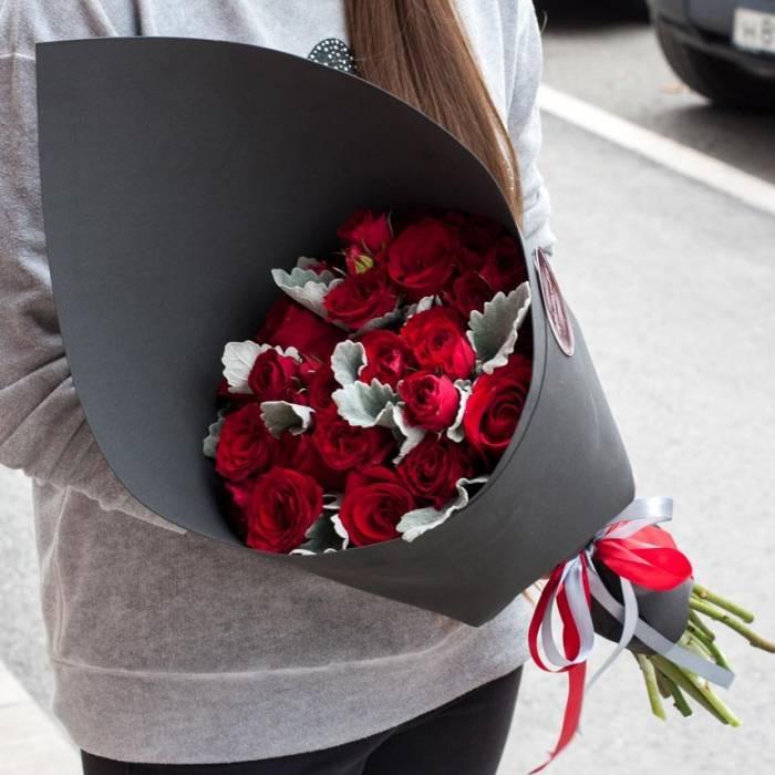 Букет 19 красных кустовых роз в черном крафте R893