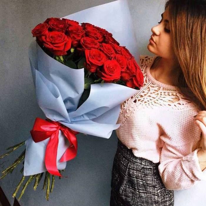 Букет 15 красных роз в крафте R918