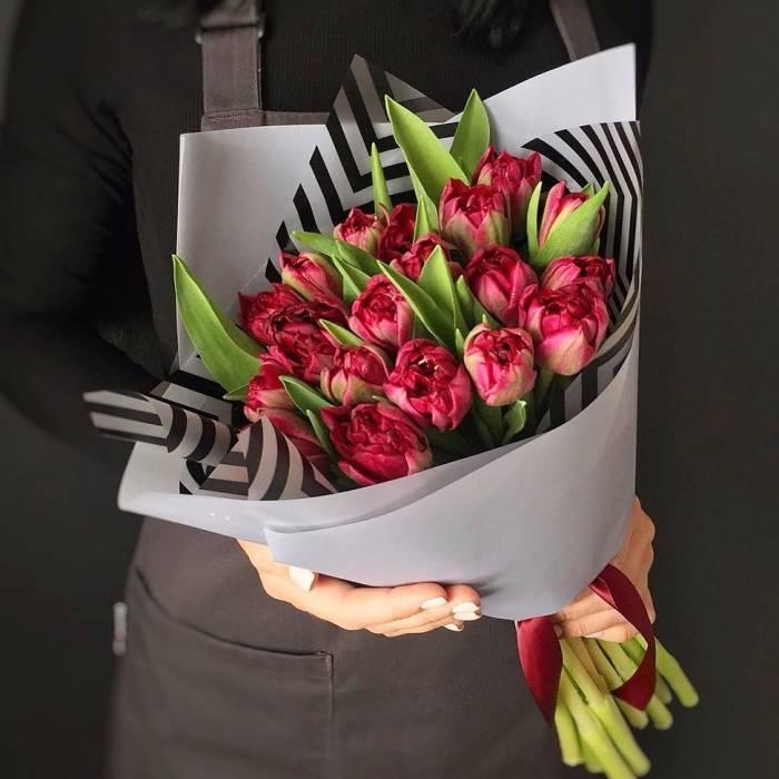 Букет 15 пионовидных красных тюльпанов R984