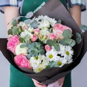 Нежный букет из роз и хризантемы с темным оформлением R1117