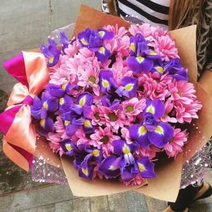 Сборный букет ирисы и хризантема в крафте R1511