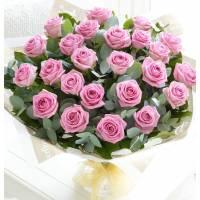 Букет из 21 розовой розы с зеленью в крафте R003