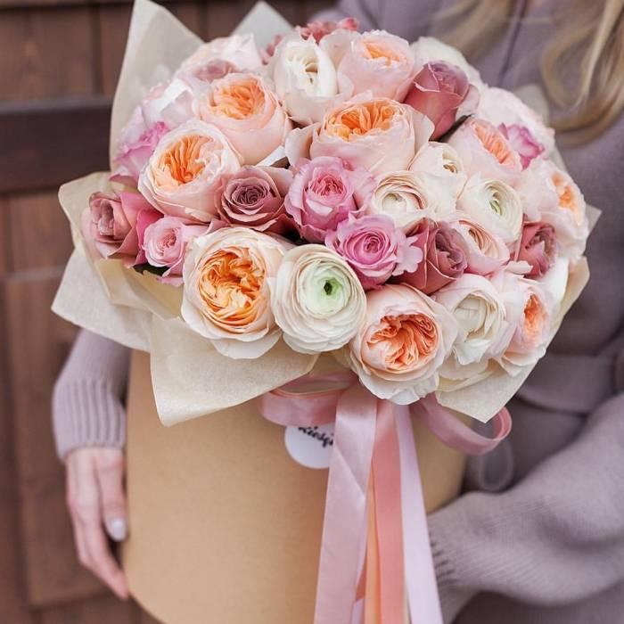 51 пионовидная нежная роза в коробке R015