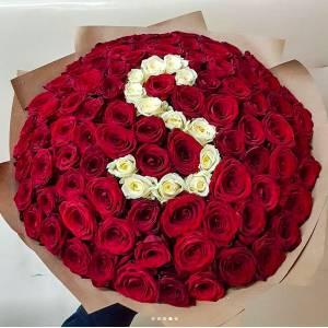 Букет 101 красная роза с буквой R377