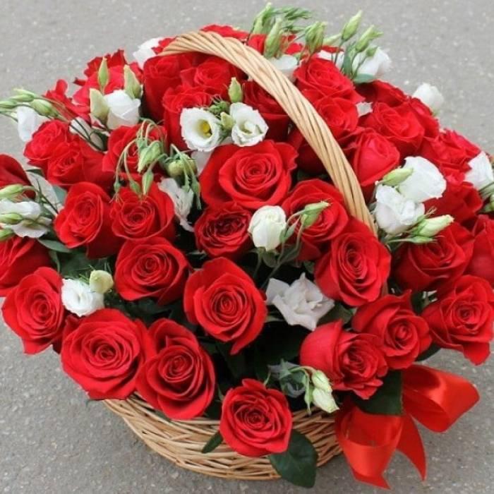 35 красных роз в корзине с эустомой R002