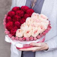 Сердце 31 пионовидная роза в коробке R006