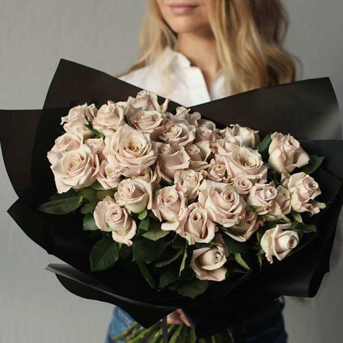 Букет 51 кремовая роза в черном крафте R002