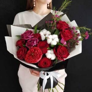 Сборный букет с красными розами в упаковке R301