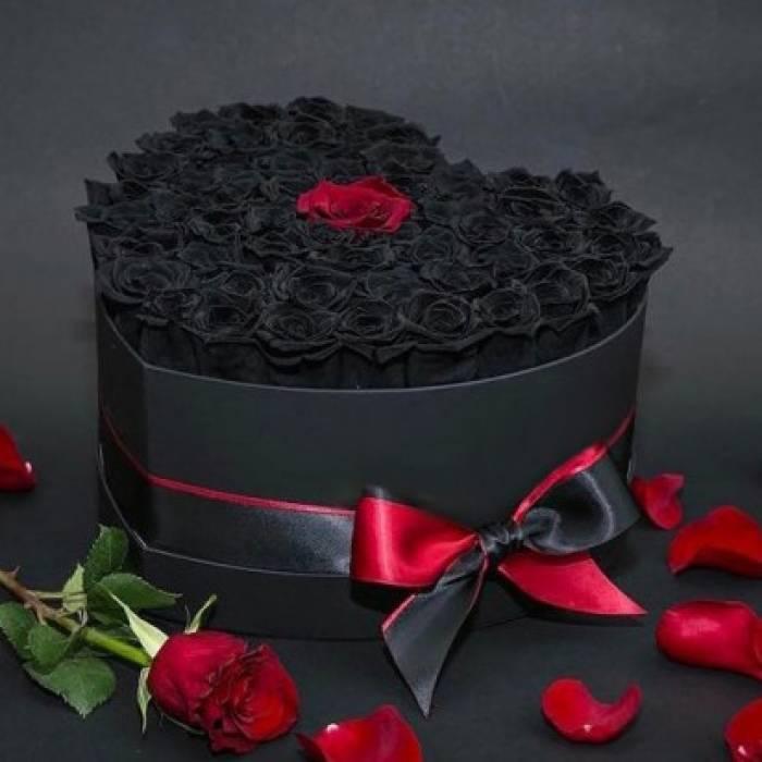 51 черная роза в коробке сердце R013