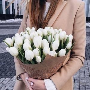 Букет 31 белый тюльпан в крафте R648